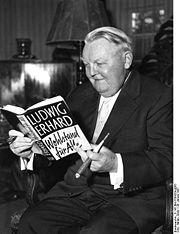 img: Erhard mit Buch